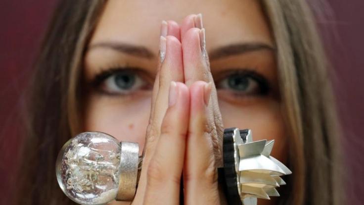 Finger sind eine Zier, wenn sie mit Ringen geschmückt sind - aber wenn die Gelenke knacken, sehen einige Mitmenschen Rot. (Foto)