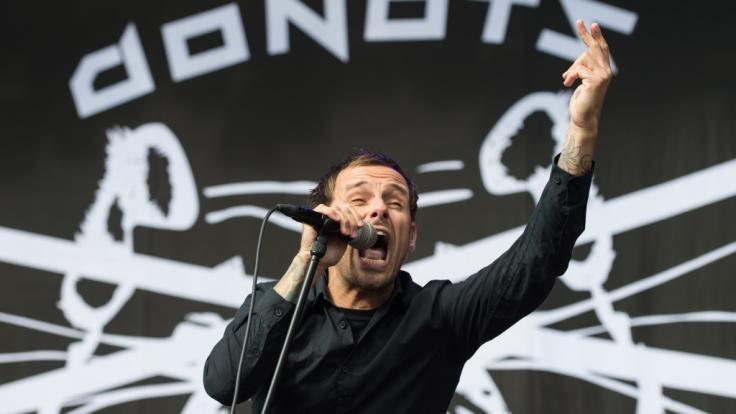Die Bühne ist sein natürlicher Lebensraum: Ingo Knollmann alias Ingo Donot von den Donots in Aktion. (Foto)