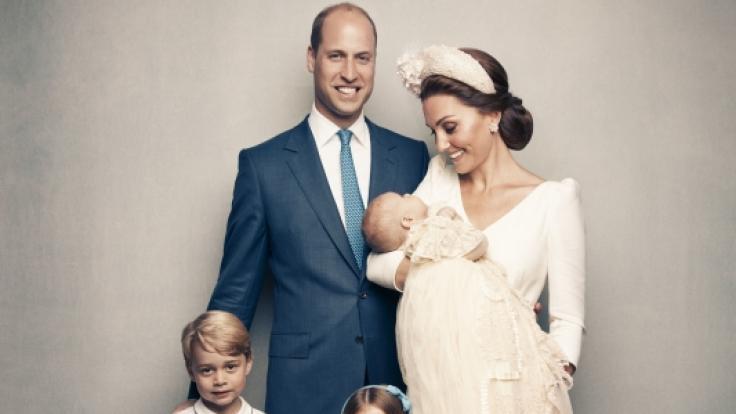 DiesesFoto zeigt die britische Herzogin Kate mit dem britischen Prinz Louis im Arm, den britischen Prinzen William sowie die gemeinsamen Kinder Prinz George und Prinzessin Charlotte nach der Taufe von Prinz Louis. (Foto)