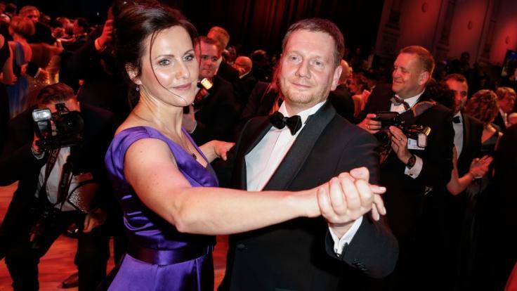 Sachsens Ministerpräsident Michael Kretschmer (CDU) und seine Partnerin Annett Hofmann tanzen auf dem 15. Dresdner Semperopernball in der Semperoper. (Foto)