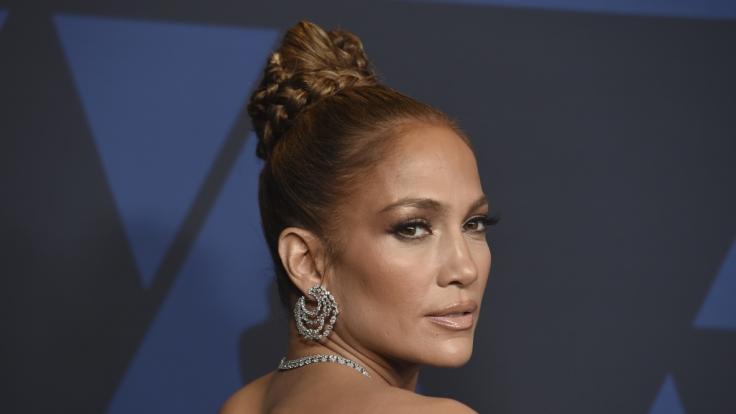 Jennifer Lopez zeigt auf Instagram in einem sexy Leder-Dress ihren Mega-Busen. (Foto)