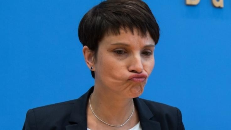 Frauke Petry und die AfD: Nach der NRW-Wahl will die Alternative für Deutschland das Ergebnis überprüfen lassen. Demnach haben sich Unregelmäßigkeiten bei den Auszählungen ergeben. (Foto)