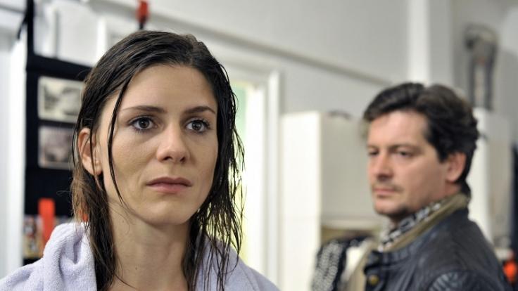 Hopfenbauer Karl (Fritz Karl) hat sich in Sophie (Christina Hecke) verliebt. (Foto)