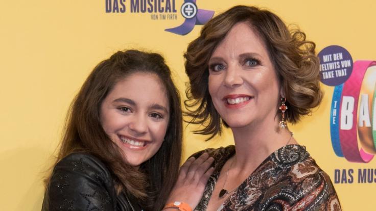 """Daniela Büchner, Ehefrau des verstorbenen """"Malle Jens"""", und Tochter Jada. (Foto)"""