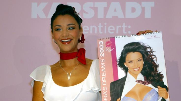 Verona Pooth (damals noch Feldbusch) 2002 bei der Vorstellung ihres neuesten Dessous-Kalender