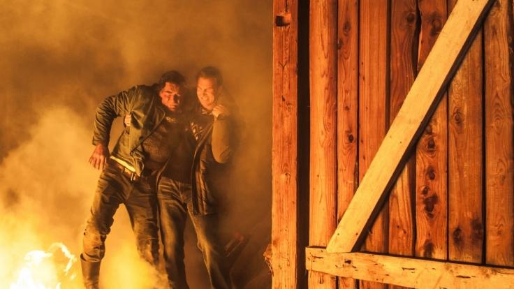 Hans Gruber rettet Arthur aus der Feuer-Hölle. (Foto)