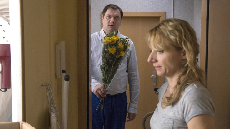 Roger (Charly Hübner) ist hin und weg von der zugezogenen Ellen (Christian Große). (Foto)