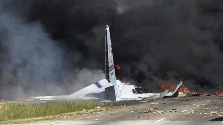 Rauch und Flammen steigen von den Trümmern eines abgestürzten Transportflugzeugs vom Typ C-130 der US-Luftwaffe auf.