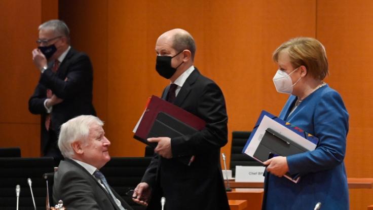 Die Corona-News von Mittwoch mit Olaf Scholz. (Im Bild: Bundeskanzlerin Angela Merkel (CDU) spricht vor der Kabinettssitzung mit Innenminister Horst Seehofer (CSU - l). Bundesfinanzminister Olaf Scholz (SPD - M) geht an ihnen vorbei)