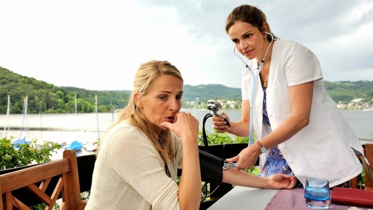 Vera (Rebecca Immanuel,r.) untersucht Beatrice Ortmann (Tanja Wedhorn). (Foto)