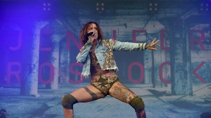 Sängerin Jennifer Weist rockt 2018 mit ihrer Band Jennifer Rostock zum letzten Mal die Bühnen Deutschlands vor der Bandpause.