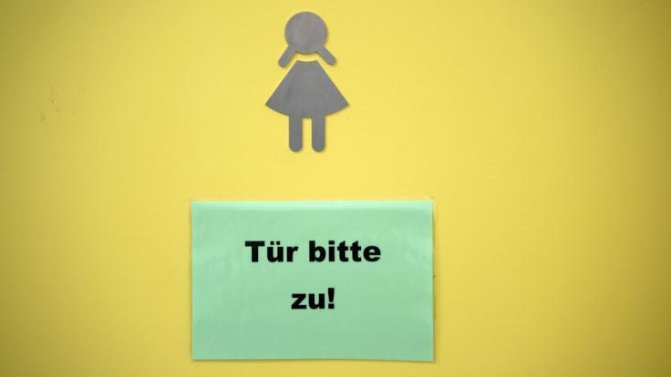 Auf einer Schultoilette in Augsburg ist eine Schülerin missbraucht worden (Symbolbild).
