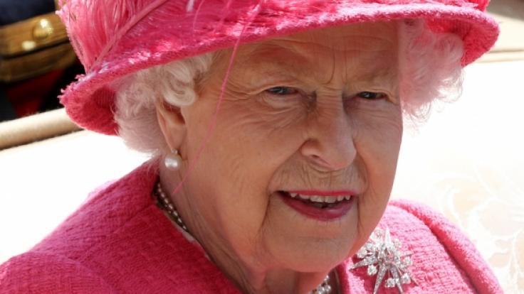 Das hilft nur noch flüchten:Die britische Königin Elizabeth II. beim Pferderennen Royal Ascot. (Foto)