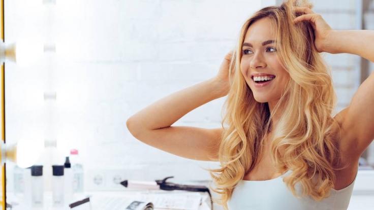 Kräftiges, gesundes Haar und ein strahlender Teint wirken auch ohne ausgiebiges Styling einfach schön. (Foto)