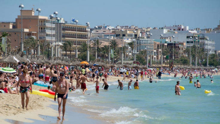 Dutzende Urlauber tummeln sich am Strand von Arenal auf der Mittelmeerinsel Mallorca.