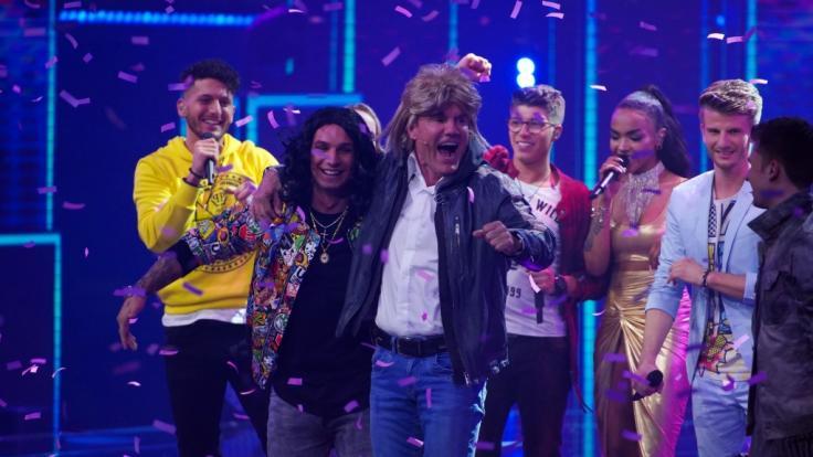 """Am Ende der ersten DSDS-Live-Show performten Dieter Bohlen und Pietro Lombardi gemeinsam mit den Top 10 den Modern Talking-Hit """"Cheri Cheri Lady"""". (Foto)"""