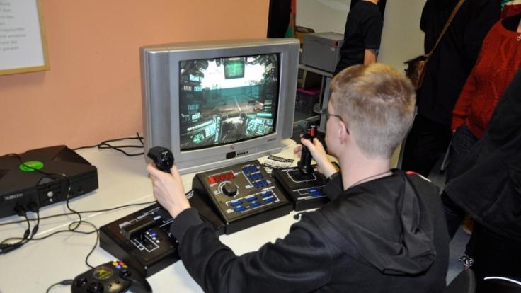 Auch ungewöhnliche Eingabegeräte, wie der Steel Battalion Controller, waren zu sehen. Das Pult wurde für Mech-Spiele entwickelt und bietet sogar Knöpfe für die Feuerlöscher!