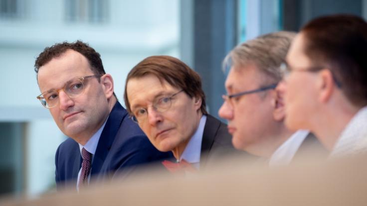 Georg Nüßlein, stellvertretender Vorsitzender der CDU/CSU-Bundestagsfraktion (2.v.r.) fordert ein baldiges Lockdown-Ende in Deutschland - Bundesgesundheitsminister Jens Spahn (l.) setzt seine Hoffnungen in den AstraZeneca-Impfstoff. (Foto)