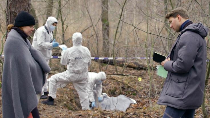 Nachdem sie mit Nazan eine Leiche gefunden hat, spricht Toni (Olivia Marei, l.) mit ihrem Kollegen Bastian Münzer (Benjamin Trinks, r.). (Foto)