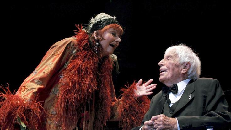Elfriede Ott bei einem gemeinsamen Auftritt mit dem im Jahr 2011 verstorbenen Schauspieler und SängerJohannes Heesters.