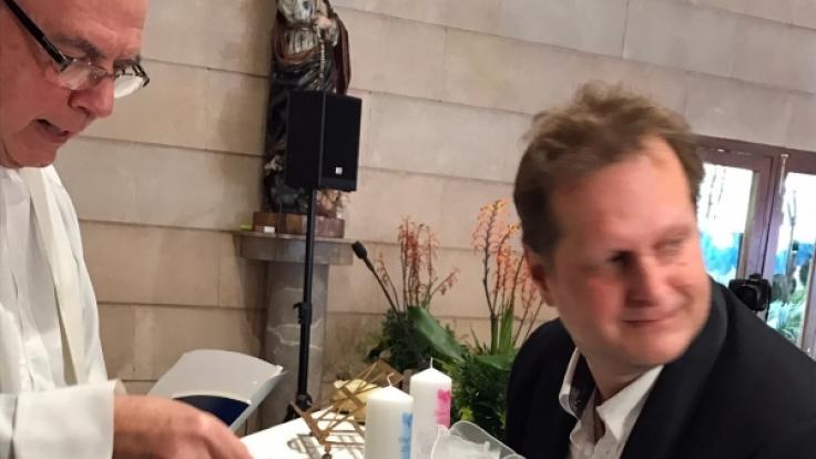 Jens Büchner mit seinen Zwillingen bei der Kindertaufe.