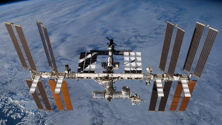 Die Internationale Raumstation ISS kreist in einer Höhe von 400 Kilometer um die Erde.