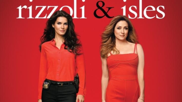 """Mit weiblicher Intuition stellen sich Detective Jane Rizzoli (Angie Harmon, links) und Dr. Maura Isles (Sasha Alexander) in der Erfolgsserie """"Rizzoli  Isles"""" kniffligen Kriminalfällen. (Foto)"""
