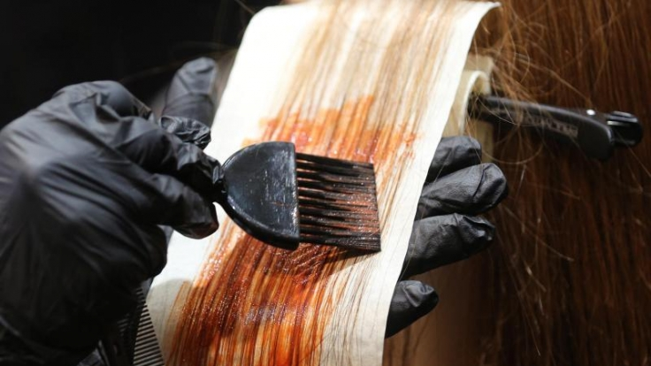 Auffallende Haarfarben, wie sie gerade ein Trend sind, können laut einer Warenprobe der Zeitschrift