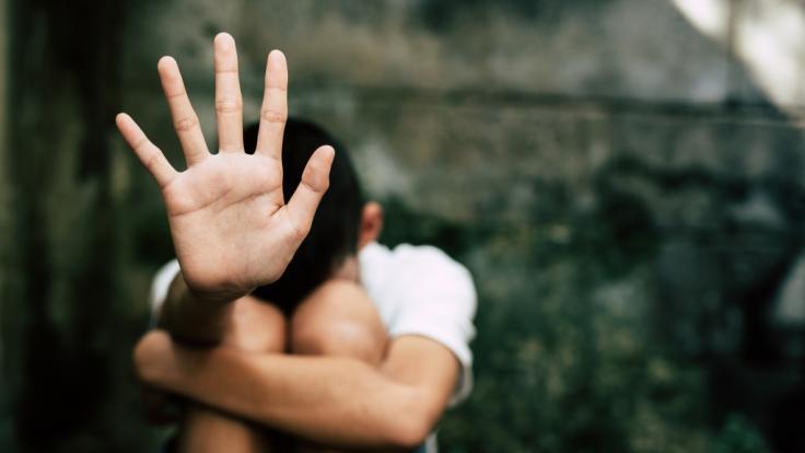 Drei Schwestern aus Australien wurden von ihrem Vater jahrelang sexuell missbraucht - jetzt wurde der Täter zu einer lächerlich milden Strafe verurteilt (Symbolbild). (Foto)