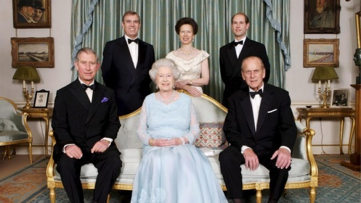 Eine schrecklich royale Familie: Queen Elizabeth II. mit Ehemann Prinz Philip (vorn rechts) und den Kindern Prinz Charles, Prinz Andrew, Prinzessin Anne und Prinz Edward (v.l.n.r.).