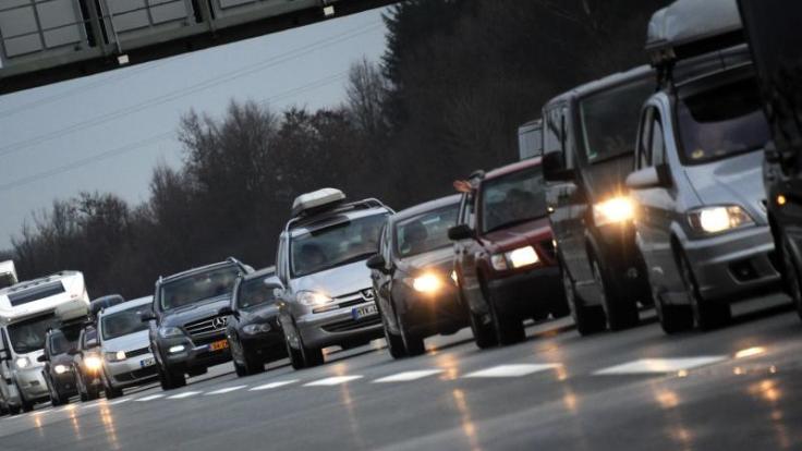 Rund um Weihnachten wird es voll auf den deutschen Autobahnen. Mit viel Verkehr ist auch auf den Alpenrouten in Österreich und in der Schweiz zu rechnen. (Foto)