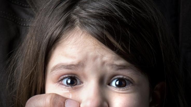 In den USA wurde ein Mädchen zunächst von einem Mann und dann von dessen Sohn missbraucht.