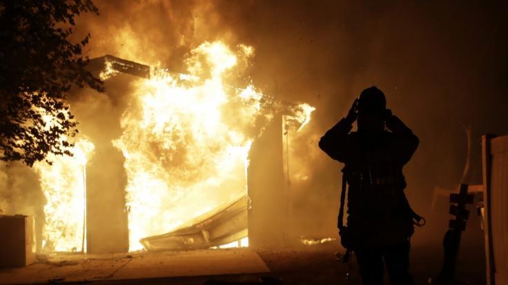 Ein Feuerwehrmann ist bei einem Waldbrand im US-Bundesstaat Kalifornien im Einsatz. Ein schnell um sich greifender Buschbrand hat in dem nordkalifornischen Weinbaugebiet Sonoma County großen Schaden angerichtet. (Foto)