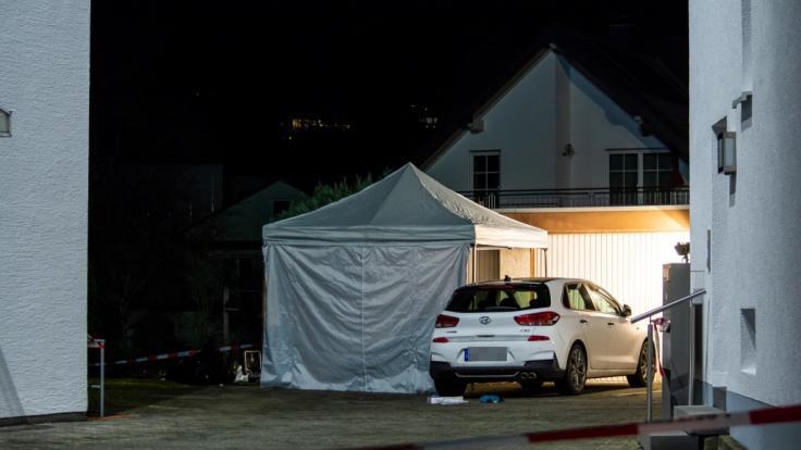 Ein Zelt der Spurensicherung steht in einem Innenhof in Idstein. (Foto)