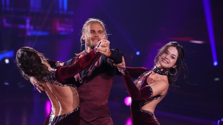 """Nachdem ein Tanzpaar bei """"Let's Dance - Die große Profi-Challenge"""" positiv auf das Coronavirus getestet wurde, darf unter anderem Profitänzerin Malika Dzumaev (re.) nicht an der Live-Show bei RTL teilnehmen. (Foto)"""