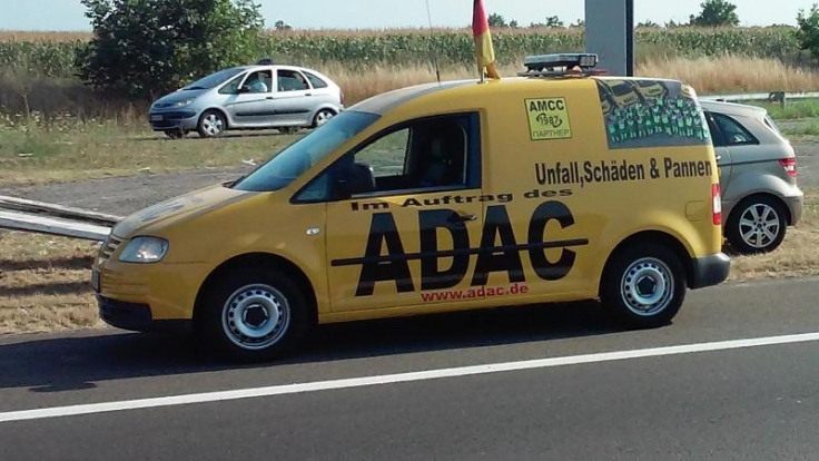 Vorsicht Falle: Der ADAC warnt vor Betrügern, die in Osteuropa in den Farben des Autoclubs auftreten, um Pannenhilfe und Reparaturen für viel Geld anzubieten. Das Bild zeigt ein Fahrzeug im ADAC-Look in Serbien.
