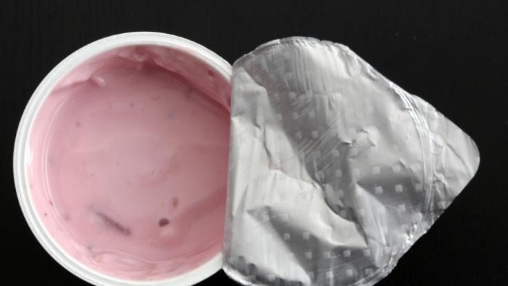 Zott ruft mehrere Sahnejoghurt-Produkte zurück. (Symbolbild)