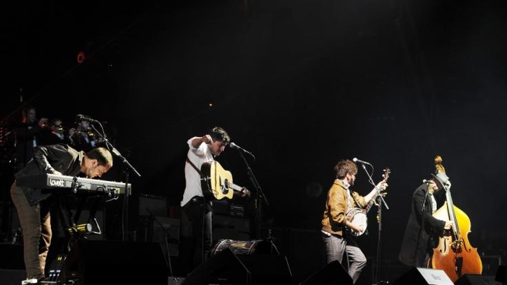 Mumford and Sons während eines Konzerts.