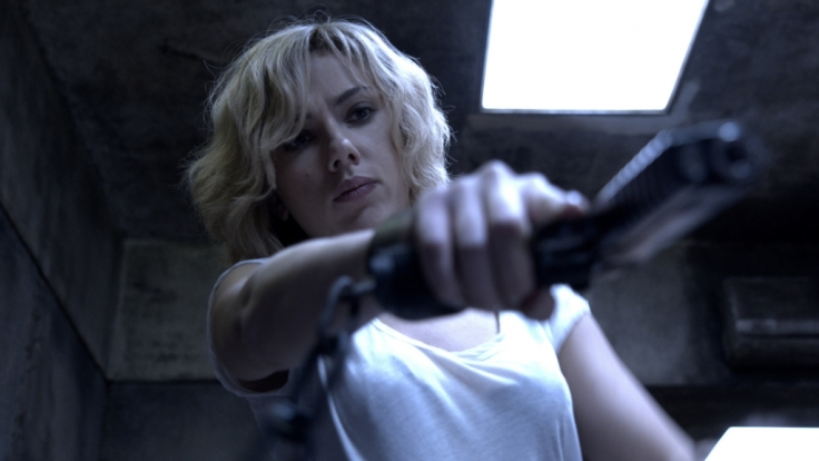 Nun, da sie über ungeahnte Kräfte verfügt, kennt Lucy (Scarlett Johansson) kein Erbarmen. (Foto)