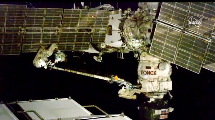 Das Bild aus einem Video von NASA Television zeigt die beiden Kosmonauten der ISS bei ihrem Außeneinsatz.
