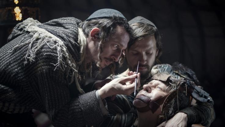 Ein jüdischer Medicus und sein Assistent wollen den erblindeten Bader (Stellan Skarsgård) am Auge operieren. (Foto)