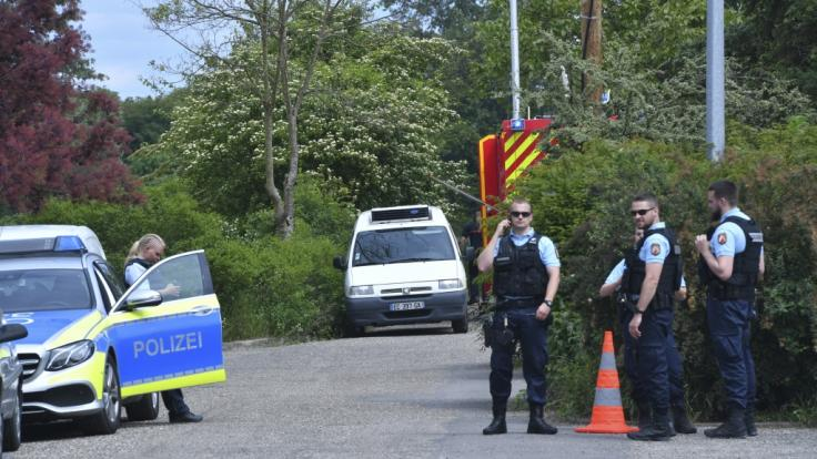 Deutsche und Französische Polizisten besprechen sich in der Nähe des Unglücksortes des Schlauchbootunfalls. (Foto)