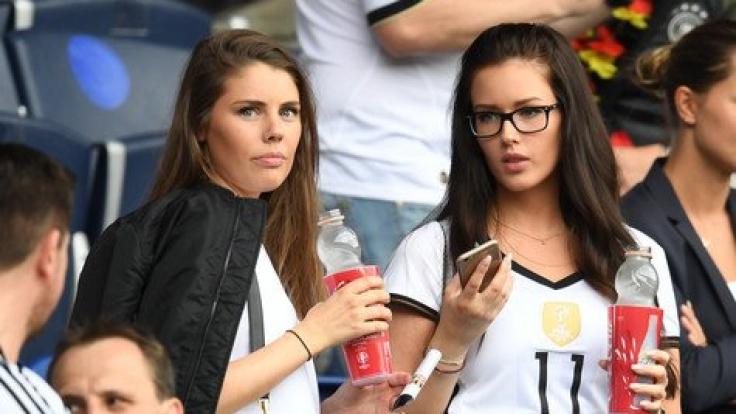 Julian Draxlers Freundin Lena Terlau (rechts) im EM-Stadion beim Spiel Nordirland gegen Deutschland.
