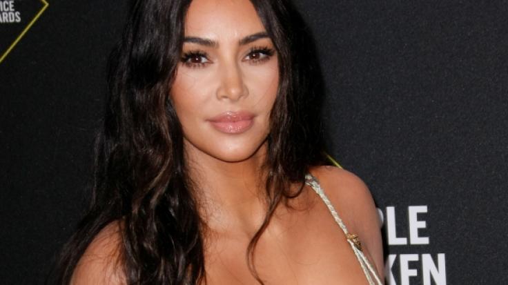 Kim Kardashian zeigt sich in ungewöhnlicher Pose. (Foto)