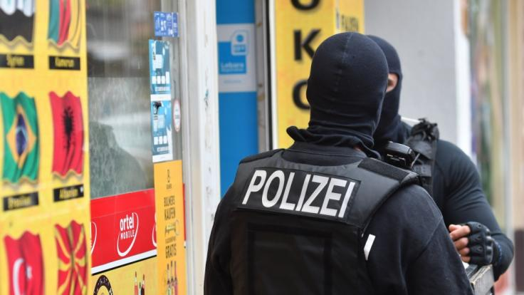 Spezialkräfte der Polizei gingen am Donnerstagmorgen gegen eine Autoschieber-Bande vor. (Symbilbild) (Foto)