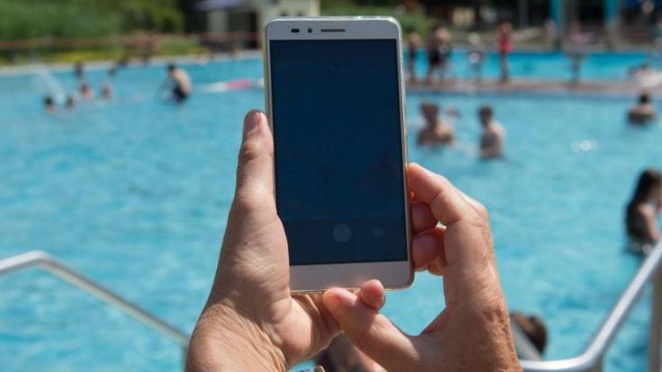 Viele Freibäder verbieten das Fotografieren mit Smartphones. Das Telefonieren ist jedoch meistens erlaubt. (Foto)