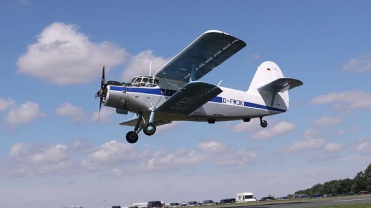 Eine Antonow An 2 fliegt über den Flugplatz in Gera. Eine Maschine desselben Typs ist in Moskau abgestürzt. (Foto)