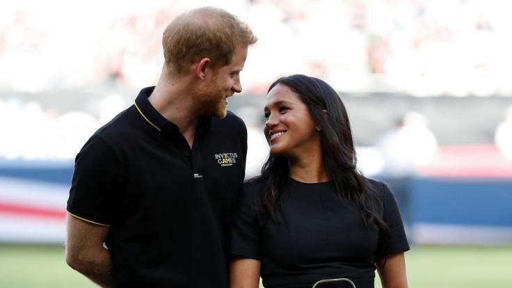 Hier lächeln Prinz Harry und Meghan Markle die Krisen-Gerüchte weg. (Foto)