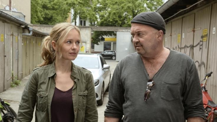 Annett Wirchow (Stefanie Stappenbeck, links) und Otto Garber (Florian Martens) ermitteln bei einem versuchten Mord an einem Sternekoch. (Foto)