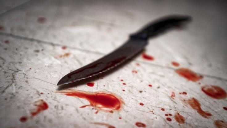 Ein Mann hat vermutlich seine Frau tödlich verletzt und anschließend sich selbst umgebracht.